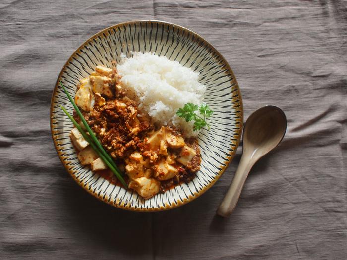 食費を2万円に抑えようとすると、自炊無しでは厳しくなります。目標金額を2万円にするなら、自炊を頑張りましょう! 張り切って一汁三菜を徹底しようとするとしんどくなってしまうので、ワンプレートや丼物など手軽に作れるレシピを活用して、楽しみながら続けるようにしてくださいね。