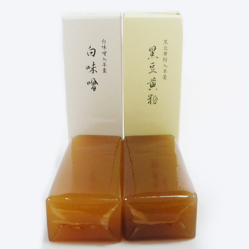 とらやと言えば「羊羹」が有名ですが、その中でもおすすめは京都限定の「白味噌」「黒豆黄粉」。  白味噌は甘さ控えめな中にも味噌の風味がしっかりと際立ち、塩気と旨味が絶妙なお味になっています。黒豆黄粉は黄粉の香ばしい香りに上品な甘さがふわっと追いかけてくる、白味噌とは一味違った一品。とらやの羊羹独特の、ずっしりとした食感もさらに味を引き立たせてくれます。