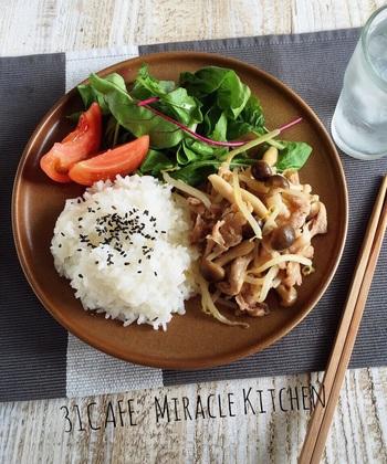 1万円を目指すなら、ただ自炊するだけではなくコスパのよい食材を使った節約メニューにしましょう。特に価格が安定して安いもやしは、炒め物や味噌汁など様々な形で活用したい野菜です。