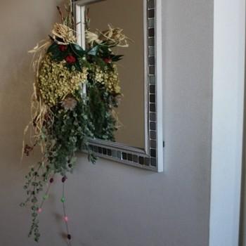 鏡にスワッグを飾っておくと、毎日の身支度も楽しくなりそうです。小さめサイズに仕上げて、さりげなく吊るして置くのがおすすめ。