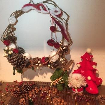 飾るスペースがあまりないという方なら、小ぶりのリースを作ってみてはいかがでしょう。アケビのつるを少し巻いて、毛糸と木の実などでちょっと飾るだけでもクリスマスらしさは十分!