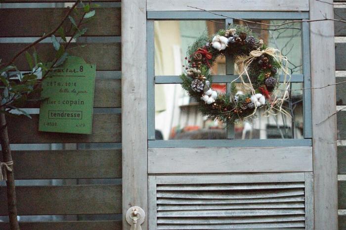 帰宅した時やゲストが訪れた時に目に入る玄関ドア。そこにクリスマスリースが飾ってあると、素敵なお家の印象になりますよね♪外から見えるので、大きめサイズで作る方がおすすめです。