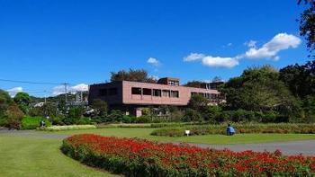 平成30年4月に、フラワーセンター大船植物園から「日比谷花壇大船フラワーセンター」の愛称でリニューアルオープンした、四季折々の花風景が美しいフラワーセンターは、大船駅から徒歩で約15分の距離にあります。