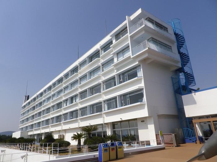 鴨川シーワールドに直結しているホテル。全室オーシャンビューでお子様向けサービスも充実しているため、家族連れに人気の宿です。