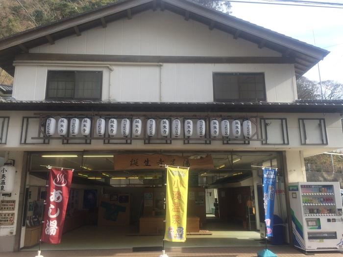 日蓮宗の大本山である誕生寺の山門手前にあるこちらの足湯はなんと無料!誕生寺の散策で疲れた身体をリフレッシュさせるのにピッタリです。