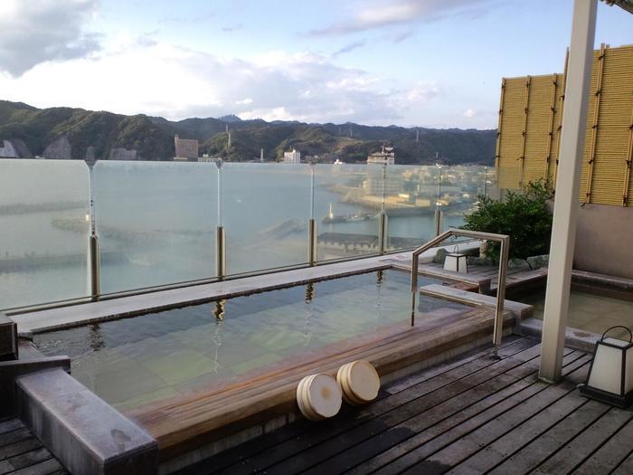電車は東京駅から特急ビューわかしお号に乗り、安房小湊駅で下車、そこからタクシーで約5分とアクセス便利なお宿。お風呂は男女入れ替え制で全てのお風呂が楽しめます。