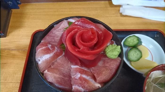 名物料理の「鉄華丼」は赤身も大トロもたくさん乗ったボリューム満点のどんぶり。真赤なバラが咲く丼の美しさはまさに「鉄華丼」というネーミングにピッタリ!