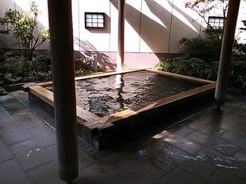 海側のお部屋は太平洋の大海原が窓の外に広がるお宿は料理も美味しいと評判です。15~21時の間は日帰り入浴も可能なので温泉だけ楽しみたい方にも◎