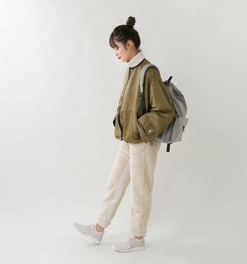 ライトグレーに似た発色で、重たくなりがちなオータムファッションも軽快な仕上がりに。ホワイト系ボトムを持ってきても、シューズだけが浮くことなく統一感のあるスタイルが完成します♪