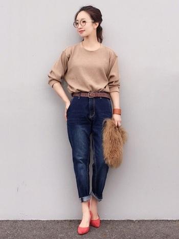 ベージュ系のワッフルTシャツとデニムの相性は抜群!足元にヒールを持ってくれば女性らしさあふれる大人コーデに。少し大きめのサイズをゆるっと着るのがポイントです♪
