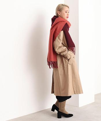 添えるだけで装いがドラマティックになるワイン色のストール。王道のトレンチコートにONして、現代的でハンサムな女性らしさを体現。