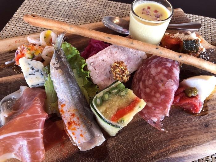 ランチのコースは3種類。こちらは一番人気のコース「イルファーロコース」の前菜盛り合わせ。スープ、野菜、肉、魚とバランスよく盛られたボリューム満点の前菜。