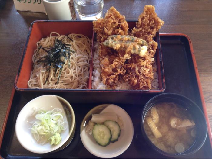 こちらは銚子沖であがった平目を使ったひらめの天重セット。とっても大きく迫力のある平目の天ぷらは揚げる時間を待ってでも食べたいお味です。