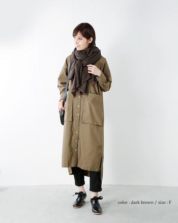 ルックを引き締めたい場合は、ブラックのバッグ&シューズを投入。装いの輪郭がはっきりと浮かび上がり、シュッとスマートなイメージに。