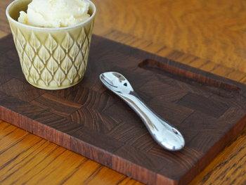 アルミニウム製のアイスクリームスプーン。カチカチのアイスもスッとすくえる秘密はアルミの熱伝導率の高さにあります。