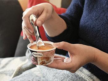 手の熱がスプーンに伝わってアイスを溶かしてくれるから、力を入れずにアイスがすくえる。カチカチのアイスも、丁度食べごろの温度にしてくれるアイテムでもあるんです。