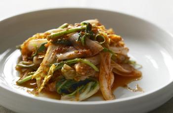 「チョレギ」という言葉は、韓国の慶尚道(キョンサンドウ)地方の方言で、標準語では「コッチョリ」といいます。コッチョリとは、白菜や葉野菜など生食に向く野菜を調味料で和えたもので、箸休め的な野菜の一品として、韓国で親しまれている料理。使う野菜によってはサラダのようにも、和え物のようにも捉えられますが、どちらかというと、あっさりめの即席キムチといったイメージです。