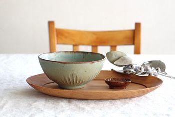 淡いグリーン系の薄荷色が特徴的な、落ち着きの中に爽やかさが感じられるボウル。煮物など和の器としてはもちろん、シリアルやサラダなど洋の器としても使えます。個性があるのに、柄物・色物の器と合わせても調和するので重宝します。