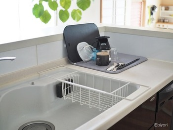 こちらのキッチンでは、ディッシュマットを愛用されています。手前の水切りかごは、調理中に出るトレーや空き容器などを入れるのだそう。カテゴリー分けすることで、作業効率が格段に上がるそうですよ。
