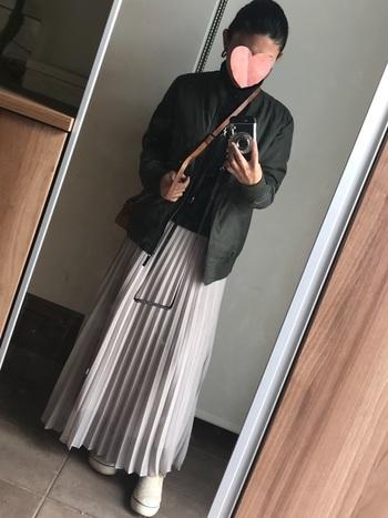 今季注目のプリーツスカートもma-1と相性バグツン!上半身を暗めの色合わせでまとめれば、大人かっこいい甘辛ミックスの完成です。