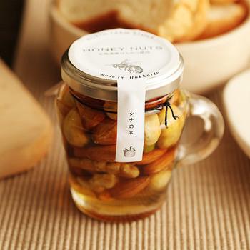食感をプラスしたいなら、ナッツ何てどうでしょう。カリッとした香ばしい食感と、蜂蜜の豊かな香りが癖になりそう。