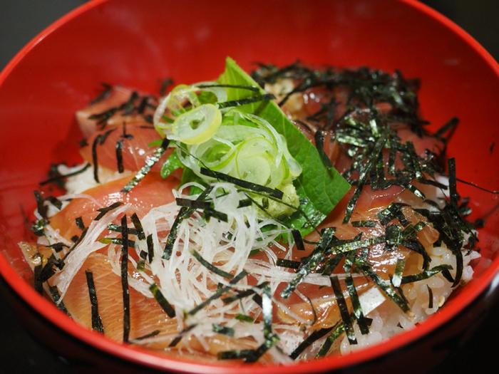 地魚の特製ヅケ丼はリーズナブルかつ美味しいと評判のメニュー。こちらのヅケ丼に揚げ物をプラスした「ライダーズランチ」は男性にも大人気です。
