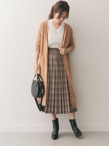 ロング丈のカーディガンは、大人っぽく落ち着いた雰囲気と、縦のラインを強調したスタイルアップ効果が期待できる優秀アイテム。秋らしいチェック柄のプリーツスカートに、同系色のカーディガンを羽織ればふんわり女性らしい雰囲気に。