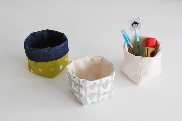 """こちらは、様々な用途に使える""""布製キューブ型ボックス""""。 机の上にちょこんと置いて小物入れとして使ったり、ペン立てにしたり、さらには鉢植えカバーにもぴったりです。 ベーシックな「基本タイプ」、口の部分がしっかりする「折り返しタイプ」、余分な布を出さずに作れる「布節約タイプ」の3つのタイプが用意されていて、その中から、好きなタイプのキューブ型BOXを作ることが出来ます。"""