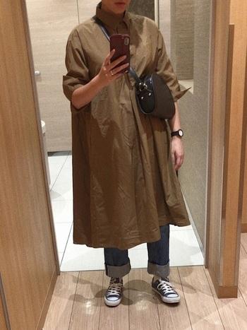 こちらは、ふんわりとしたシャツワンピースにデニムを合わせてカジュアルスタイルに。袖をロールアップしてこなれ感を出すことで、こなれた雰囲気の着こなしになりますね。