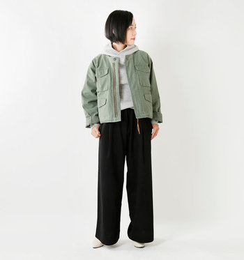 さらりと着こなしたいミリタリーのコンパクトジャケットは、パーカーに合わせても襟元がもたつかずラインも綺麗。この上にトレンチなどロングコートを合わせても◎。ミリタリー系のジャケットは女性らしいワンピースとの相性も抜群で一枚あると便利なアイテム。