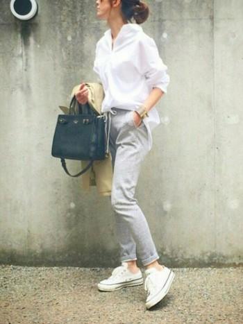 白シャツを合わせて清潔感あふれるスタイルに。オーバーサイズのシャツをフロントインすることで、こなれた印象になりますね。パリっとしたシャツをスウェットがほどよくカジュアルダウンしてくれています。