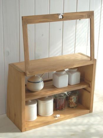 置くだけでカフェ風な雰囲気を楽しめるガラスショーケース。キッチンカウンターで使うことを想定して作られているので、表・裏の両面から出し入れできるタイプが主流です。  引き出し付きや引き戸などいろいろな種類がありますよ。複数並べてもおしゃれなキッチンになります。