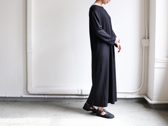 大人の女性たちがおしゃれのポイントにしているのは、「シンプル + 個性」のバランス。例えば、こんなワンピース。 フレアが控えめのAラインで、フランクかつカジュアルすぎないナチュラルなスタイル。この写真の一着は右脇下から裾までの生地が重なっているラップデザインになっています。こうしたさりげないアクセントがほしいところ。