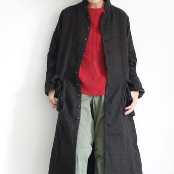 秋冬から春先まで活躍の場が多い薄手のコート。この写真のようなすっきりシルエットなら、シャープなパンツスタイルにもふんわりスカートにも◎。 コート1つに防寒やインパクトを期待するのではなく、重ね着でおしゃれを楽しみましょう。