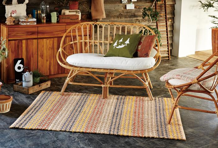 夏素材だけじゃなく、秋冬のウールやブランケットとの相性もいいラタン。ラタンの性質を活かした、しなやかな丸みのあるデザインが素敵ですね。暖色系で統一して、ほっこり暖かなお部屋作りをしましょう。
