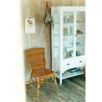 ナチュラルで可愛らしい雰囲気のお部屋にもラタンはぴったり◎椅子を使わないときは、壁側に並べるだけでも絵になりますよ。