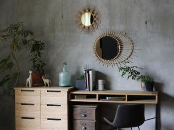 コンクリートの落ち着いたシックな壁には、アクセントとしてラタンミラーを並べてみませんか?デザイン性のあるミラーがお部屋にインパクトをプラスしてくれます。