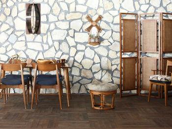 個性的なタイル調の壁のお部屋。レトロな雰囲気にも、ラタンの家具は引けを取らず個性を発揮してくれます。