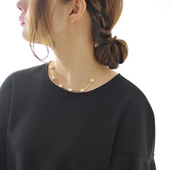 暗い印象になりがちなブラックのトップス。パールのネックレスやイヤリング(ピアス)を合わせれば、一瞬にして華やかな雰囲気に。