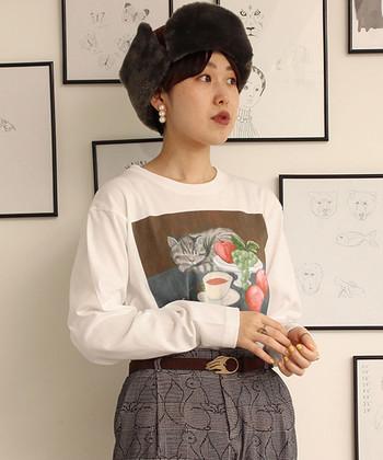 プリントTシャツと柄パンツで組み立てたプレイフルな着こなし。耳元をパールピアス(イヤリング)で飾れば、個性的なコーディネートにもシックな落ち着き感が備わります。