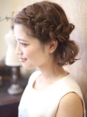 前髪からサイドにかけて編みこみをしてガーリーに。毛束をほぐすときは、引き出す量に変化を付けるとこなれ感が出ますよ。
