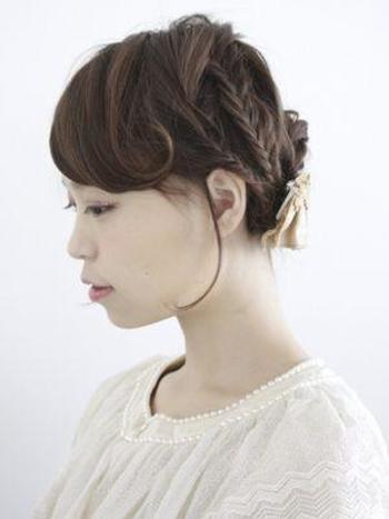 フィッシュボーンを使ったまとめ髪。普通の編み込みよりもクラシカルな雰囲気になりますね。