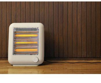 【±0 プラスマイナスゼロ 遠赤外線電気ストーブ スチーム機能付き】 コロンと柔らかなフォルムが愛らしい±0の電気ストーブ。遠赤外線効果で足元から体をぽかぽか暖めます。極寒の時期、メインの暖房だけでは冷えるという時は、足元にこのストーブがあれば安心。デスク下に収まるサイズなので、早朝や深夜の仕事や勉強のそばにあれば頼もしいですね。