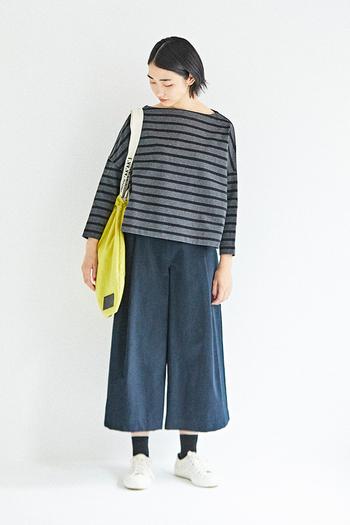 着丈がやや短く、裾に向かって広がるボリューム感は、意外なほど合わせるボトムスを選ばないから不思議。トップス選びが難しいイメージの、ワイドなクロップドパンツとも、一枚で着るだけでバランス良くまとまります。チャコール×ブラックの『BMB』は、この秋の新色。シックな印象なので、モノトーンで統一したボーダーコーデにもおすすめです。
