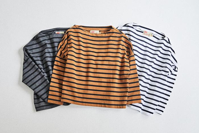新色として加わったカラーを含め、『BMB』は全部で9色展開。ベーシックな白地のものから、秋冬の装いに馴染みやすいキャメル×ブラックなど、バリエーション豊富です。袖を通すだけでおしゃれが楽しめて、しかもワードローブの定番になる――色違いで何枚も揃えておきたい気持ちがよく分かりますね。