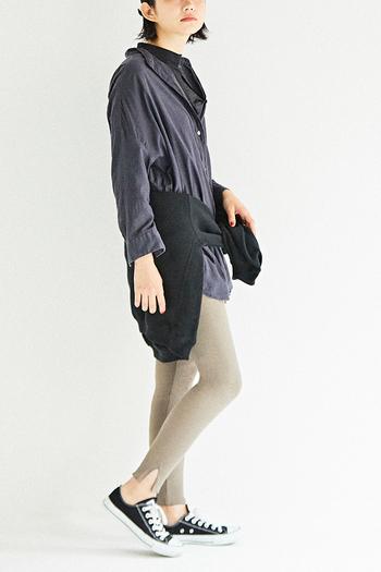 裾にスリットが入ったレギンスも要注目アイテム。絶妙な開き具合が、コーデをモダンでスタイリッシュな印象に仕上げてくれます。綿100%の柔らかな肌触りにくわえ、リブ素材が横方向に伸縮する快適な履き心地なので、重宝すること間違いなし!