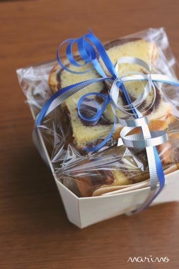 薄い木製素材でできたボックスにパウンドケーキを詰めたラッピング方法。透明袋に入れただけのケーキもボックスに詰めてリボンをかけるだけで特別感のあるギフトに。