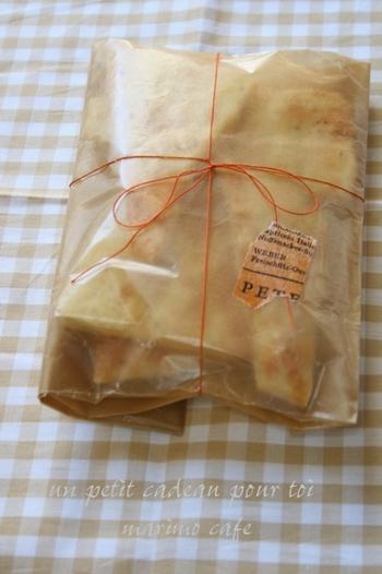 グラシン紙の袋にスイーツを入れて口を折ったら、糸で縛ってマスキングテープを貼るだけ!こちらの糸はなんと刺繍糸なんです。グラシン袋自体がおしゃれなので、シンプルなアレンジでも◎ドーナツやパイなど油が出るスイーツにおすすめ。