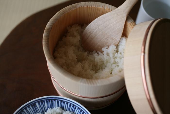 ごはんの余分な水分を吸い取り、お米本来のうまみや甘みを引き出してくれるおひつ。こちらは、樹齢100年を超える木曽さわら(ひのきの一種)の柾目(まさめ)材のみを使用した貴重なおひつ。日々のごはんを豊かにしてくれる、昔ながらの生活道具です。