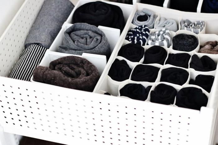 ニトリの整理ボックスはマス状の仕切りがあって大容量。くるくる丸めただけの靴下もマスのお陰で中でバラけず、すっきり収納が叶います。 ボックスは布製なので引き出しやカゴの中での収納に最適。